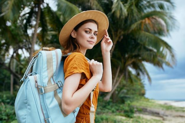 Vrouw toeristische rugzak reizen lopen exotische palmbomen tropen