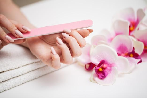 Vrouw toont een frisse manicure