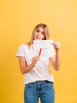 Vrouw toont haar eerste dag van de menstruatie