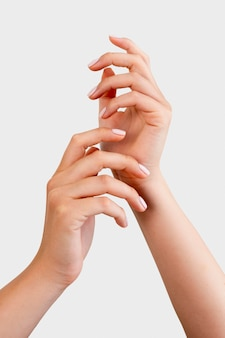 Vrouw toont haar manicure op witte achtergrond