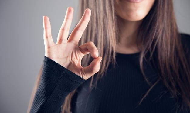 Vrouw toont ok gebaar vrouw toont ok gebaar met vingers