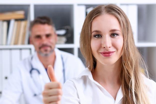 Vrouw toont ok of bevestig met duim omhoog