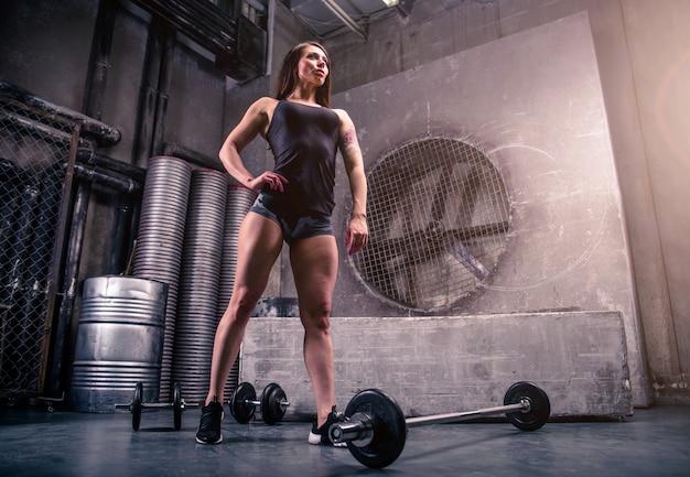 Vrouw training in een sportschool