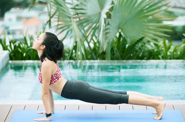 Vrouw training in het resort
