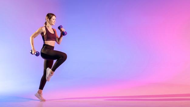 Vrouw training met gewichten