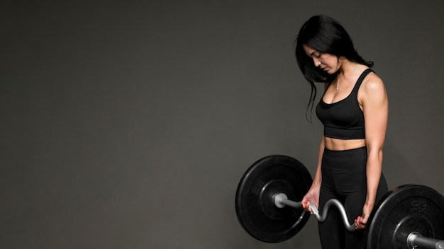Vrouw training met gewichtheffen bar