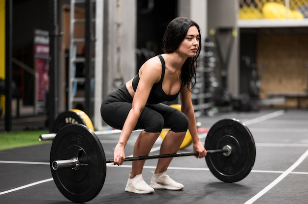 Vrouw training met gewichtheffen
