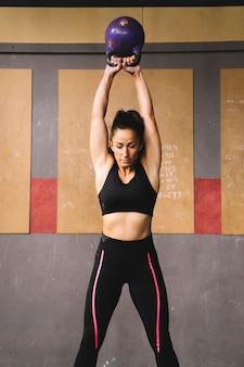 Vrouw training met kettlebell