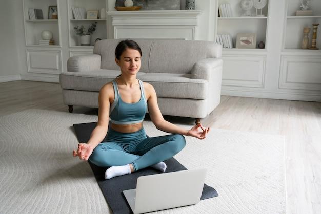 Vrouw traint alleen thuis