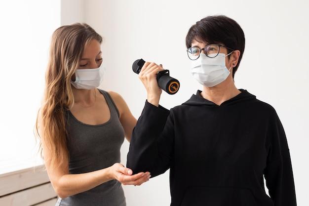 Vrouw traint met gewichten na coronavirusbehandeling