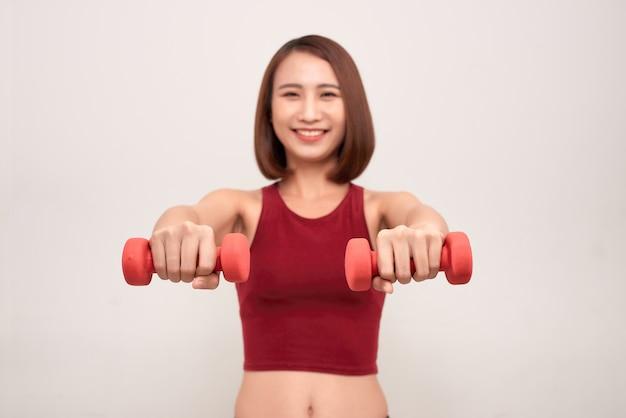 Vrouw traint met halters