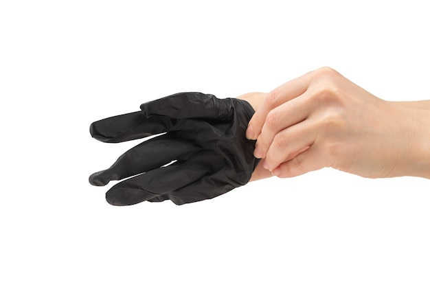 Vrouw trekt zwarte rubberen handschoenen aan. geïsoleerd op wit.