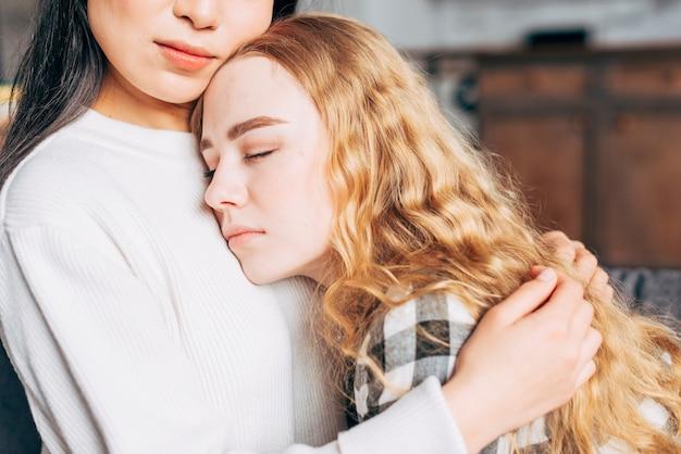 Vrouw troostende vriend bijsnijden