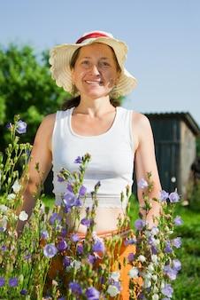 Vrouw tuinier met bloemblaadje