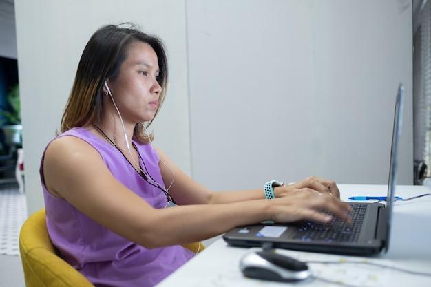 Vrouw typen toetsenbord, meisje met behulp van computer voor werk, close-up vinger