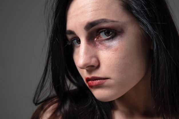 Vrouw uit angst voor huiselijk geweld en geweld, concept van vrouwelijke rechten.