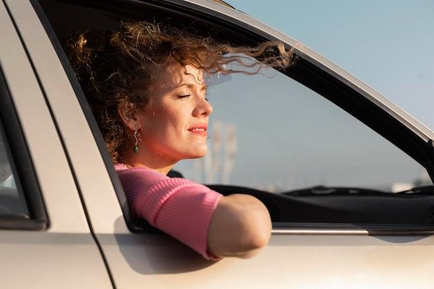 Vrouw uit het raam close-up