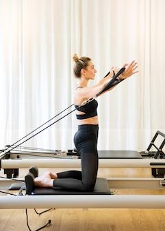 Vrouw uit te werken doen pilates arm oefeningen