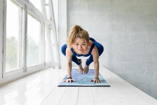 Vrouw uit te werken, yoga doen of pilates oefenen en poseren.