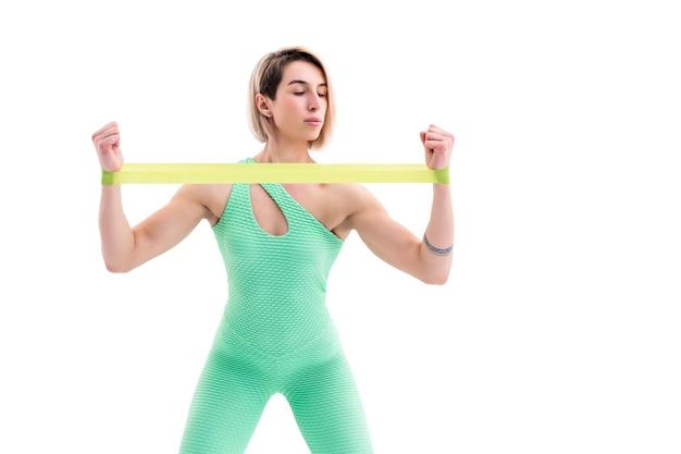 Vrouw uitoefening fitness weerstandsbanden in studio silhouet