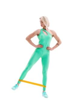 Vrouw uitoefening fitness weerstandsbanden in studio