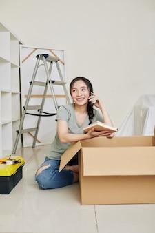Vrouw uitpakken in nieuw huis
