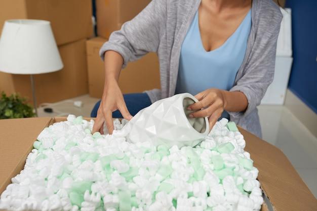 Vrouw uitpakken vaas