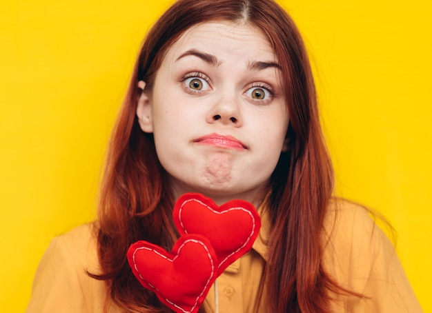 Vrouw valentijnsdag feest met hartjes, liefde