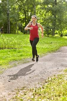 Vrouw van 40 jaar loopt in openbaar park.