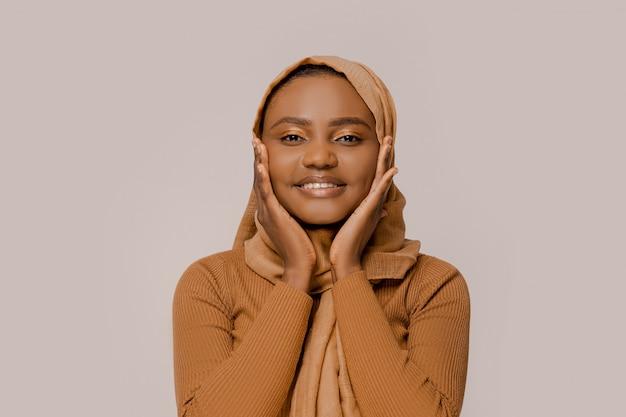 Vrouw van afrikaanse etniciteit in een traditionele hijab glimlachen