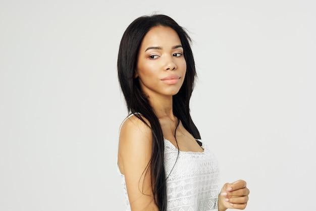 Vrouw van afrikaanse verschijning in witte tshirt cosmetica mode luxe