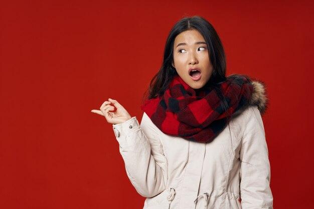 Vrouw van aziatische uiterlijk koele levensstijl elegante stijl