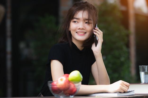 Vrouw van azië die smartphone met gelukkig in vrije tijd gebruiken.
