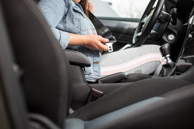 Vrouw van de bestuurder veiligheidsgordel in de auto, tegen auto-ongeluk, veiligheidsconcept, veilig vervoer
