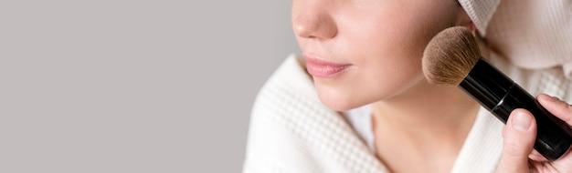 Vrouw van de close-up het van toepassing zijn bloost