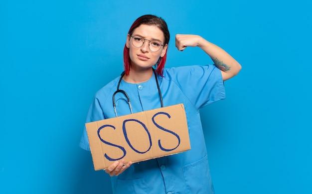 Vrouw van de rood haar koele verpleegster. medische crisis concept
