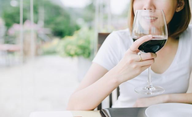 Vrouw van de wijn de proeftoerist. jonge vrouw het drinken wijn in restaurant in italiaanse stijl