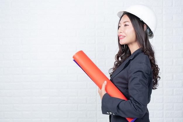 Vrouw van engineering met documenten