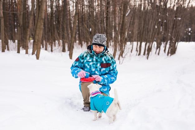 Vrouw van middelbare leeftijd buitenshuis met schattige hond