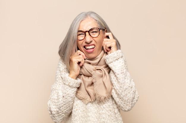 Vrouw van middelbare leeftijd die boos kijkt