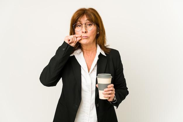Vrouw van middelbare leeftijd die geïsoleerde emoties uitdrukken