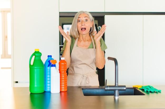 Vrouw van middelbare leeftijd die geschokt en verbaasd keek, met open mond van verbazing toen ze iets ongelooflijks realiseerde