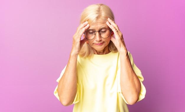 Vrouw van middelbare leeftijd die gestrest en gefrustreerd kijkt