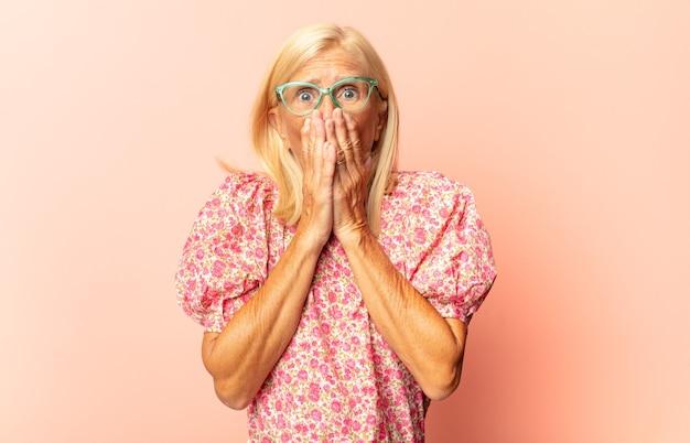 Vrouw van middelbare leeftijd die onaangenaam geschokt kijkt