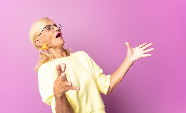 Vrouw van middelbare leeftijd die opera uitvoert of zingt tijdens een concert of show, met een romantisch, artistiek en gepassioneerd gevoel
