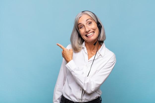 Vrouw van middelbare leeftijd die opgewonden en verrast kijkt