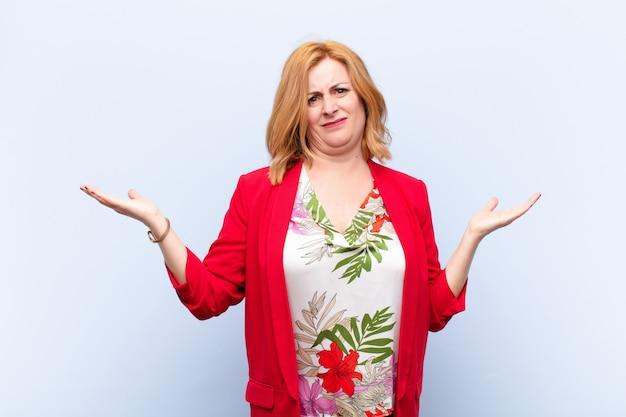 Vrouw van middelbare leeftijd die verbaasd, verward en gestrest kijkt, zich afvragend tussen verschillende opties, zich onzeker voelt
