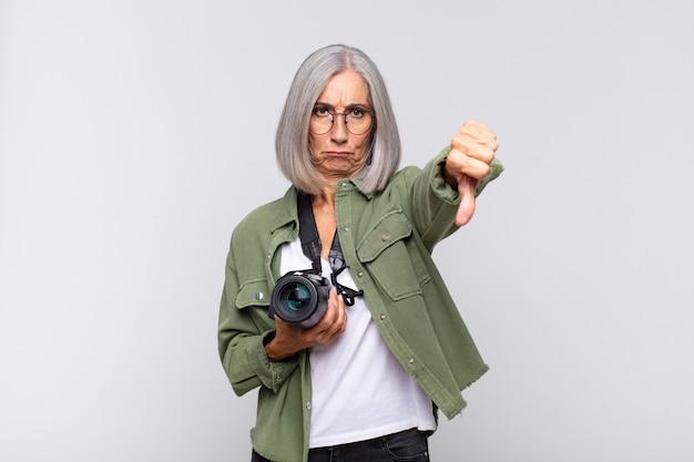 Vrouw van middelbare leeftijd die zich boos, boos, geïrriteerd, teleurgesteld of ontevreden voelt