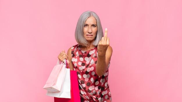 Vrouw van middelbare leeftijd die zich boos, geïrriteerd, opstandig en agressief geïsoleerd voelt