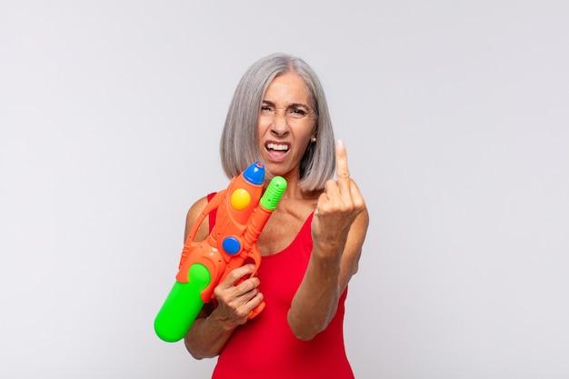 Vrouw van middelbare leeftijd die zich boos, geïrriteerd, rebels en agressief voelt